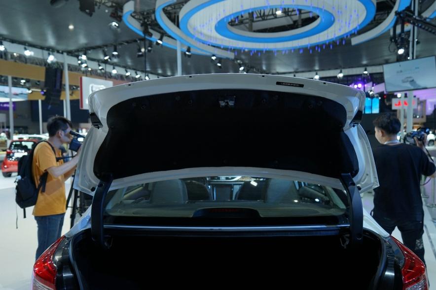 2019 众泰 Z500 EVPro 银白色 车展 座椅空间