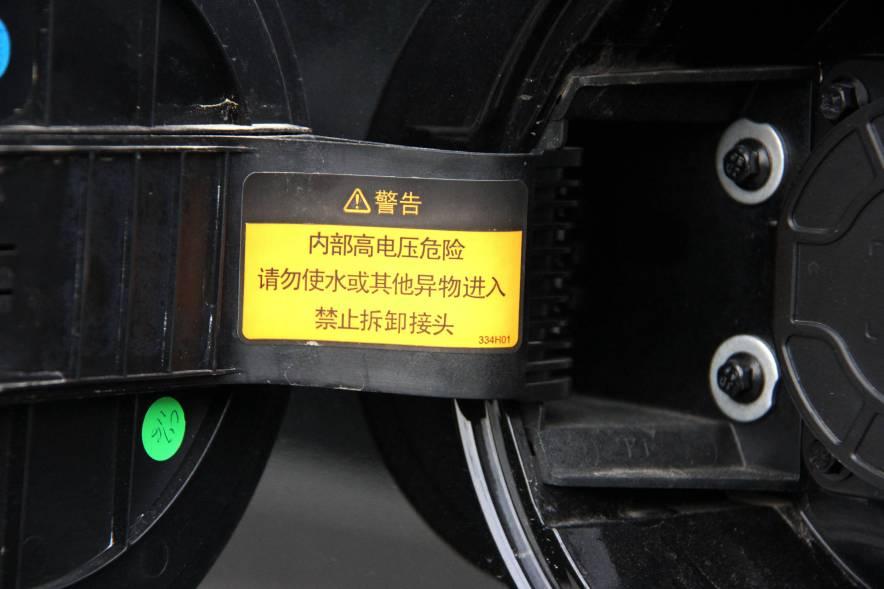 2016款 东风风神E30L 中国红/端砚黑 实拍 充电