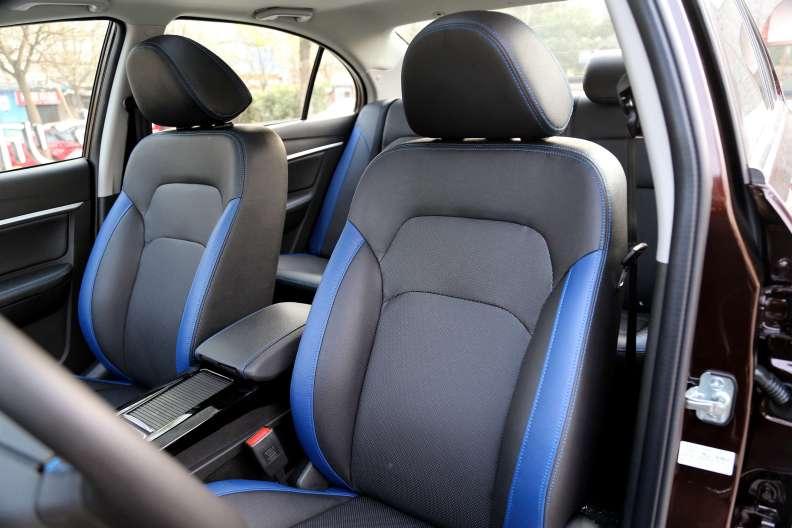 2017款 吉利 帝豪EV300 精英型 云母红 实拍 座椅空间