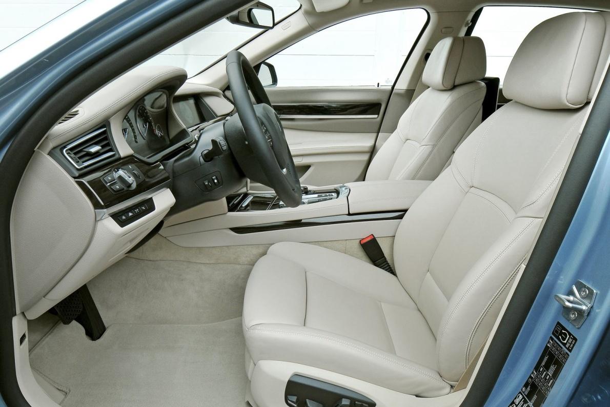 2013款 宝马 7系 混合动力 740Li 官图 座椅空间