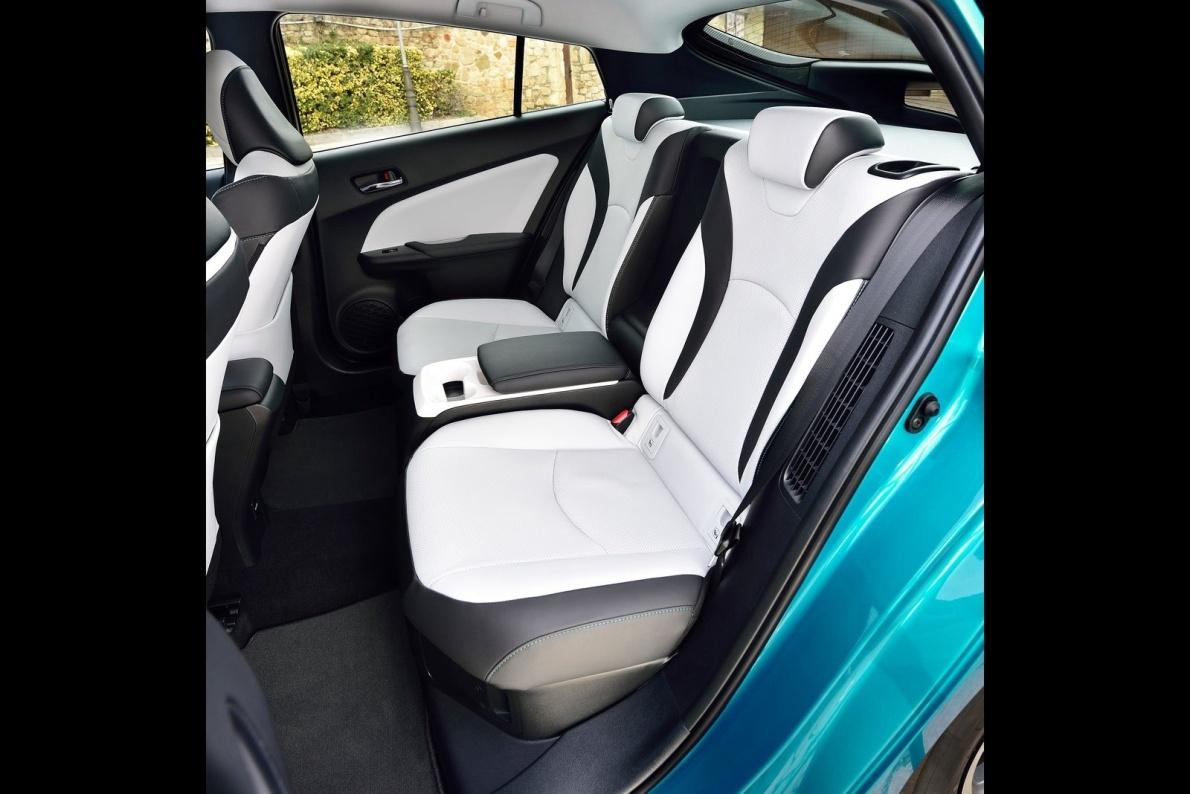 2017款 普锐斯(海外) Plug-in Hybrid 官图 座椅空间