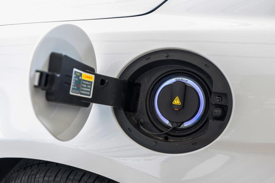 2018款 吉利 帝豪 EV450 尊贵型 冰晶白 实拍 充电