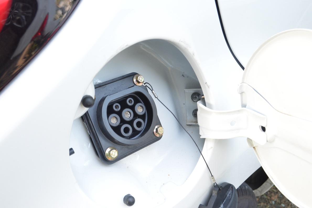 2016款 江铃 E200 舒适型 闪光珍珠白 实拍 充电