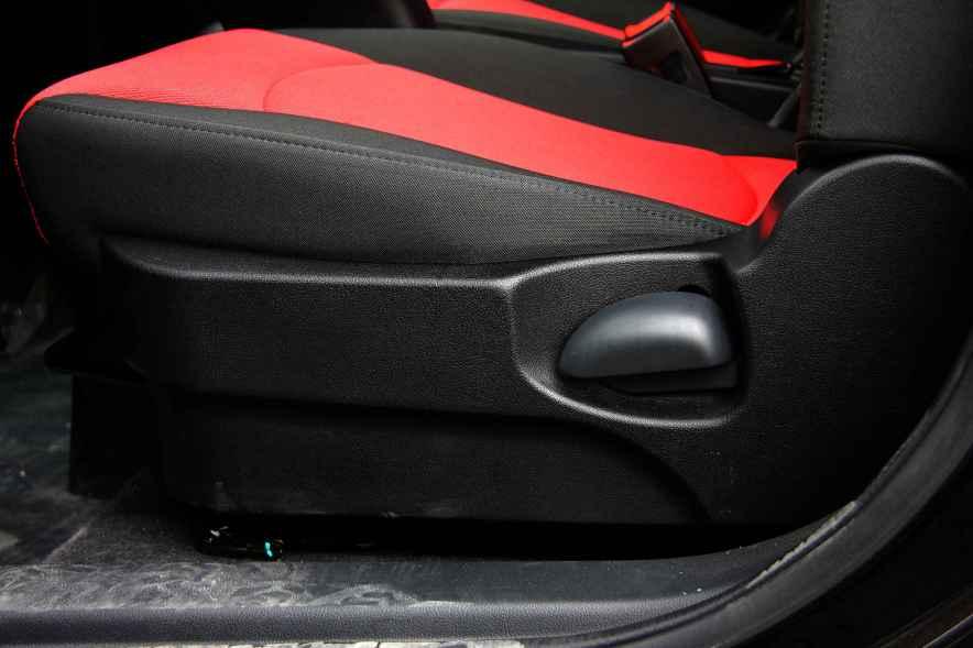 2016款 东风风神E30L 中国红/端砚黑 实拍 座椅空间