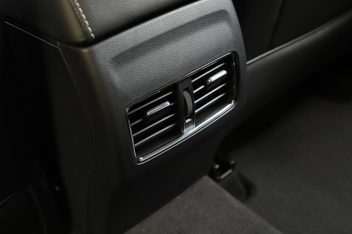 2018款 名爵 6 混动 45T E-DRIVE PILOT 超级互联网版 名爵红 实拍 座椅空间