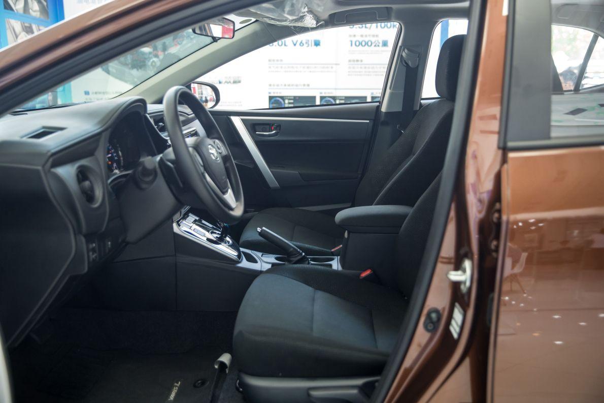 2017款 丰田 雷凌双擎 精英天窗版 琥珀棕 实拍 座椅空间