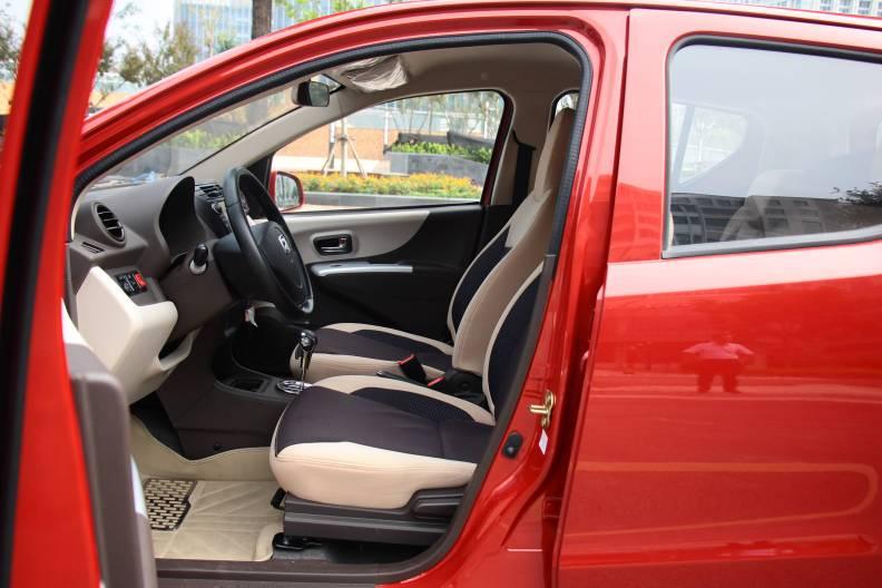 2016款 众泰云100S 豪华型 凯旋红 实拍 座椅空间