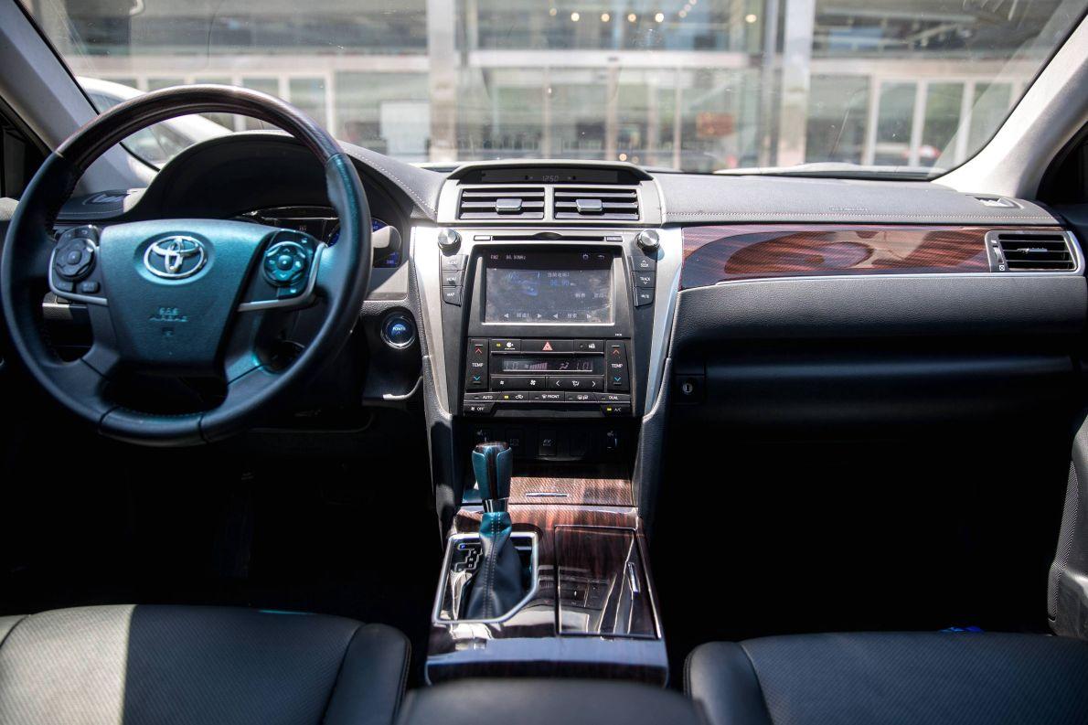 2016款 丰田 凯美瑞双擎 2.5HG十周年纪念豪华导航版 墨晶黑 实拍 内饰