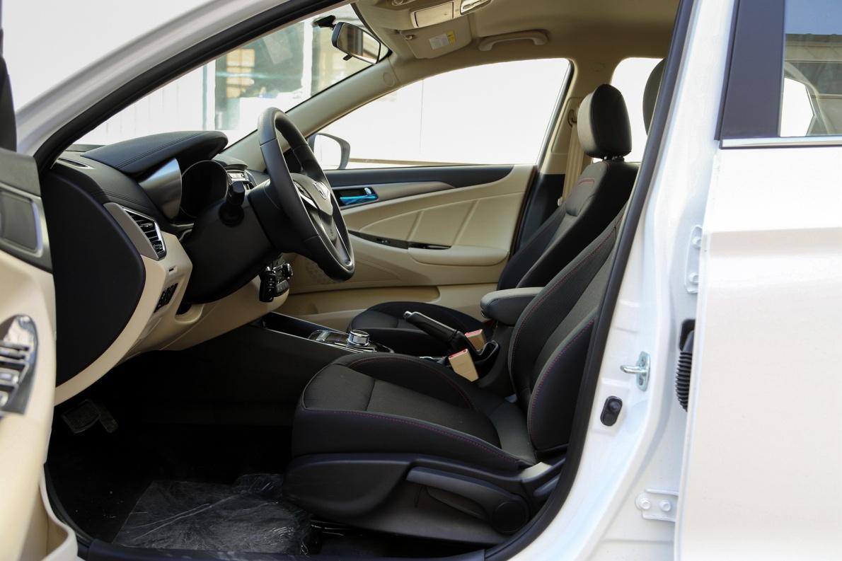 2018款 长安 逸动 EV300 悦享型 冰晶白 实拍 座椅空间