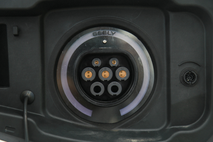 2018款 吉利 博瑞GE PHEV 耀领版 晶钻白 实拍 充电