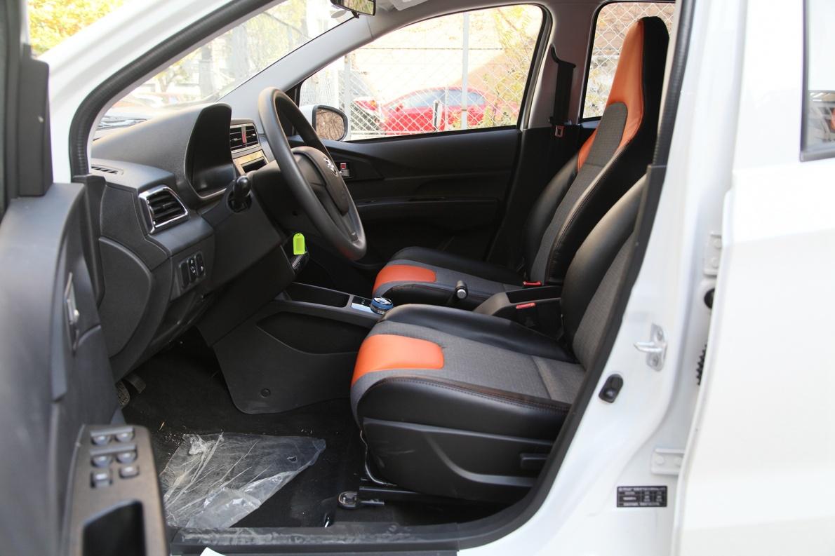 2017款 北汽新能源 EC200 珠光白 实拍 座椅空间