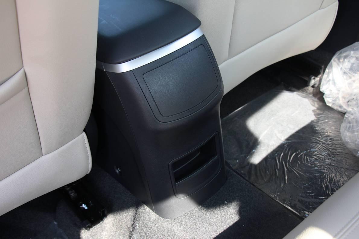 2016款 荣威e550 尊享版 天际蓝 实拍 座椅空间