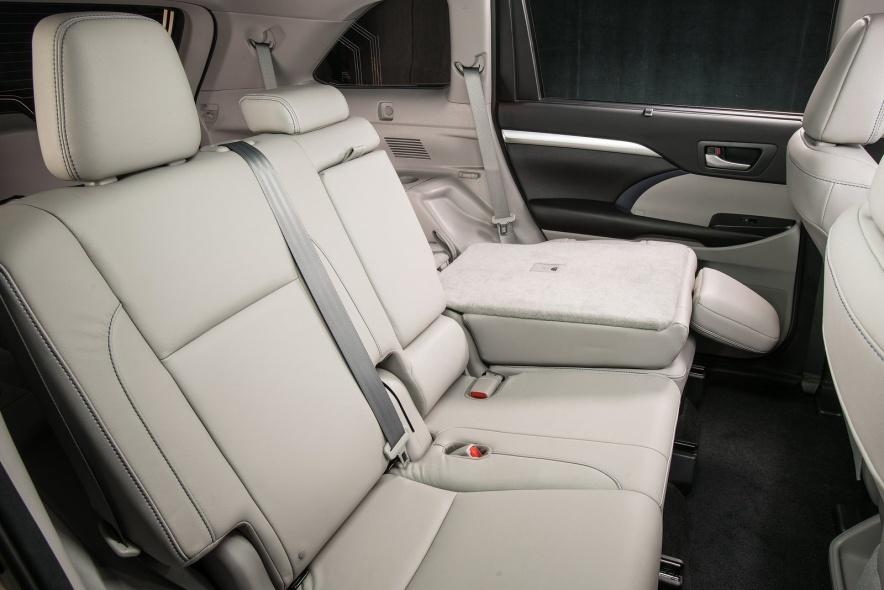 2017款 丰田 汉兰达 Hybrid 官图 座椅空间
