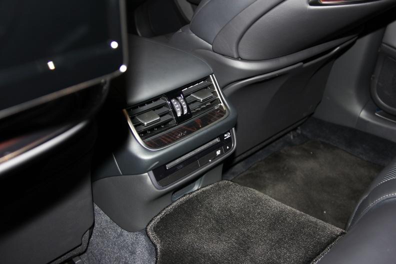 2018款 雷克萨斯 LS 500h 行政版 实拍 座椅空间