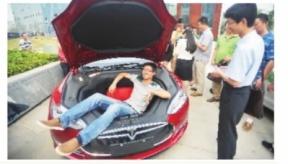 武汉首个免费充电桩落户 特斯拉电动汽车充电引围观