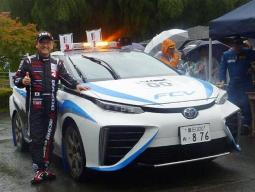丰田章男驾驶丰田全新燃料电池车亮相拉力赛