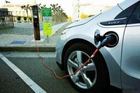 青岛首创电动车群充电技术 手机控制远程充电
