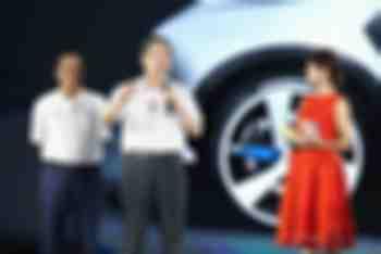 图二:第十届、十一届全国政协副主席、全国工商联名誉主席黄孟复表示,相信中国将在薄膜太阳能汽车行业永远领先