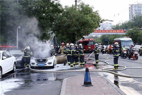 北京三里屯两辆汽车自燃 浓烟满天