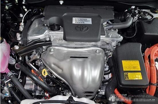 动力:油电混合的引擎是它最大的亮点。 因为增加了发电机和电池组,尊瑞要比普通凯美瑞要重的多,但由于发动机(118kW/213Nm)与电动机(105kW/270Nm)混联后产生的强大动力--151kW(202PS),加速感觉与普通版并没有相差多少。匹配的依旧是CVT无级变速器,加速平稳换挡顺畅是其一贯的特点。而综合之后的油耗:5.
