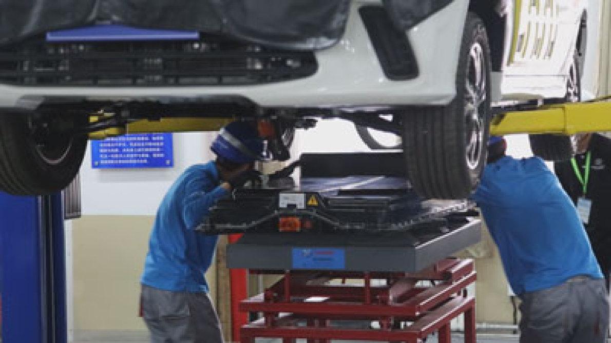 实拍北汽新能源电动汽车电池更换演示