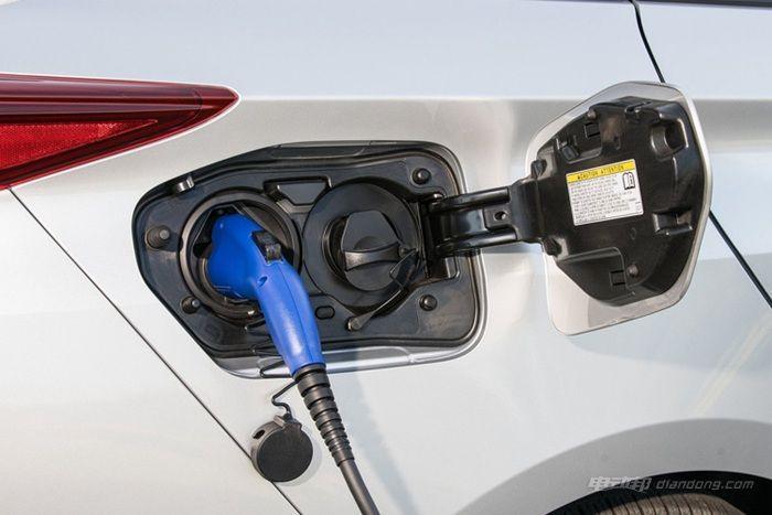 2017款丰田普锐斯的充电接口和加油入口_副本