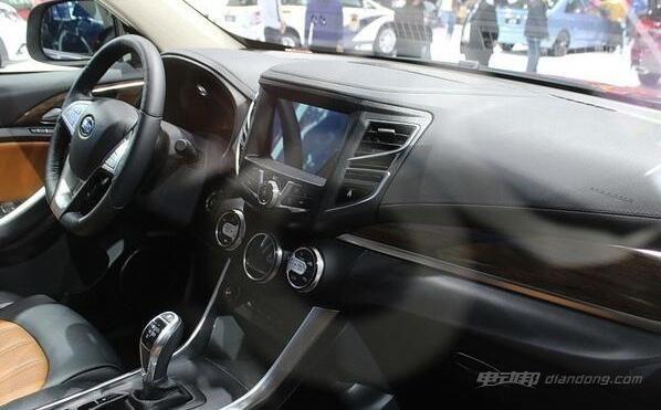 宋双模版的外观设计给大家留下了动感前卫的印象,而内饰部分则更多凸显个性和科技感。除此之外,内饰材质方面采用大量的软性皮质材料包裹,不仅触感优异,同时也提升了豪华质感。且在安全配置方面比较全面,如ESP车身电子稳定系统,TCS牵引力控制系统、胎压监测、8安全气囊等安全配置也样样不少。 比亚迪宋混合动力:动力