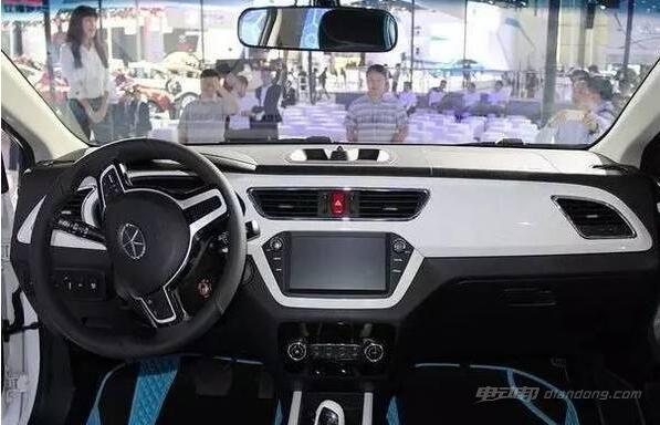 在车型内饰方面,新车采用了全新的内饰设计,营造出了一定的实用性能与科技感官。中控台采用实体按键及旋钮控制,布局简洁、实用,并在局部融入了缝线处理。而中控上方是一块造型新颖的悬浮式液晶触控屏,配合上三块电子彩色仪表盘,进一步提升了车内的科技气息。出风口位于正中央,与液晶屏上下呼应,活泼又不失沉稳。 江淮iEV6E纯电动汽车:动力