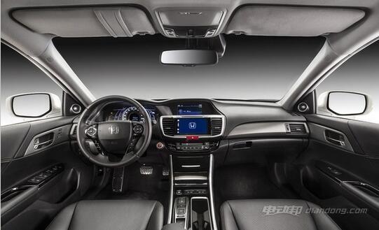 内饰方面,新车基本与普通版车型一致,只是在仪表和挡把处有所改变,换装了换装了全新的按键式换挡机构以及可显示动能输出情况、动能回收和电量等信息的仪表。配置上新车标配车内氛围灯、真皮座椅/方向盘、前排座椅加热、双区空调。锐领版和锐尊版还配有等离子空气净化器、高级音响系统、Apple CarPlay、7英寸娱乐屏和7.