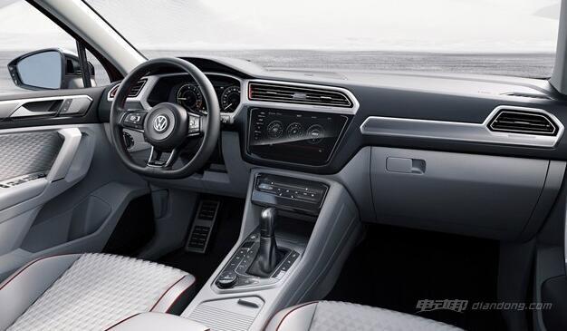 内饰方面,新车采用了深色拉丝铝饰条设计,门板和座椅则采用了十分新颖的菱形设计。据悉,新车内部将大量配备Nappa真皮,提升档次感。中控台配备有一款9.2英寸液晶显示屏,支持手势操作,该系统还支持AndroidAuto或苹果CarPlay系统。此外,新车还将配备全液晶仪表盘。 大众途观GTE Active概念车:配置