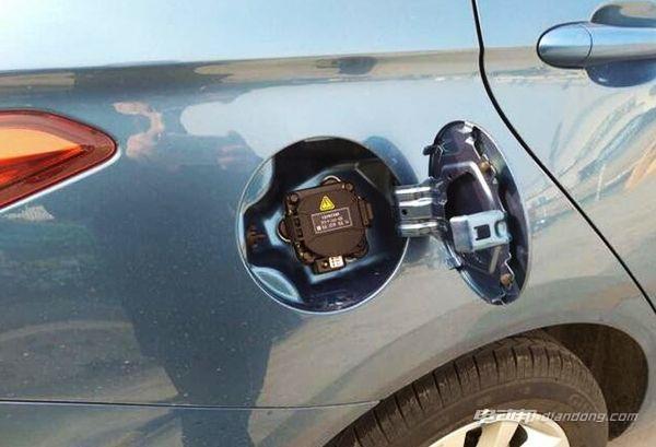 ▲慢充接口位于汽油版车型加油口的位置