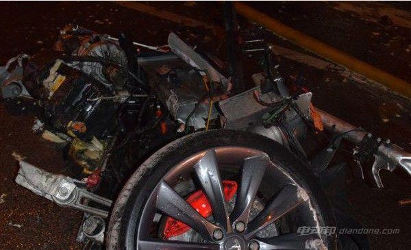 特斯拉撞树起火 电池爆炸致两人死亡遭证实