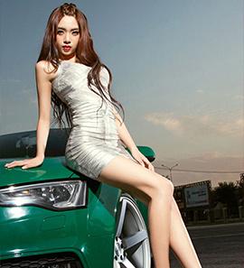 性感美女与奥迪A5 电动汽车