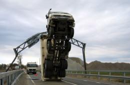 那些惊掉下巴的奇葩车祸,脑洞再大也不知道是怎么发生的!