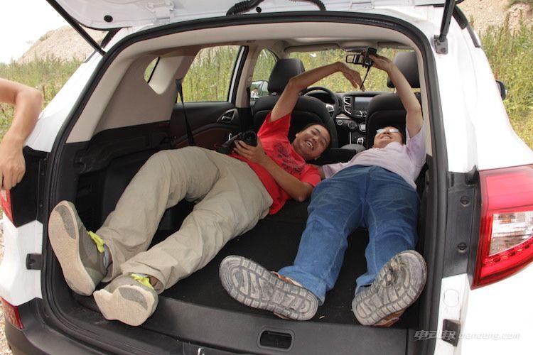 比亚迪宋EV300宽敞的后备箱供大家嬉戏打闹