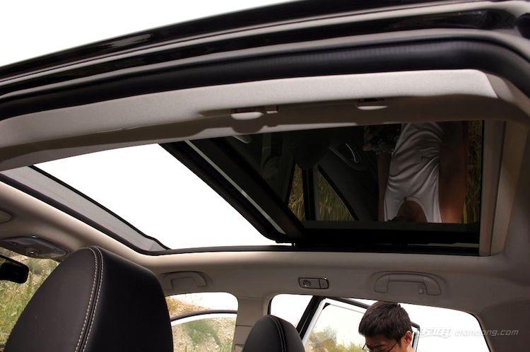 比亚迪宋EV300的超大天窗