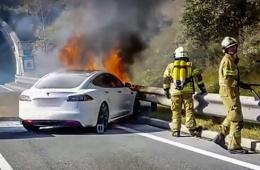 女司机把钱柜娱乐平台开着火了 能逃生全靠神级走位