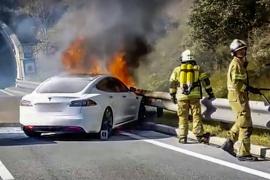 女司机把特斯拉开着火了 能逃生全靠神级走位