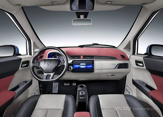 众泰E200更凸显美感的则是全系的双色车身搭配,车身颜色多种色彩搭配组合,极富个性的外观颜色。众泰E200全车内饰三色搭配,遵循人体工程学的航空真皮座椅,贴合人体曲线,双色搭配显得时尚和动感。同级车独创旋钮触控换挡模式,换挡平顺。 众泰汽车电动车:动力