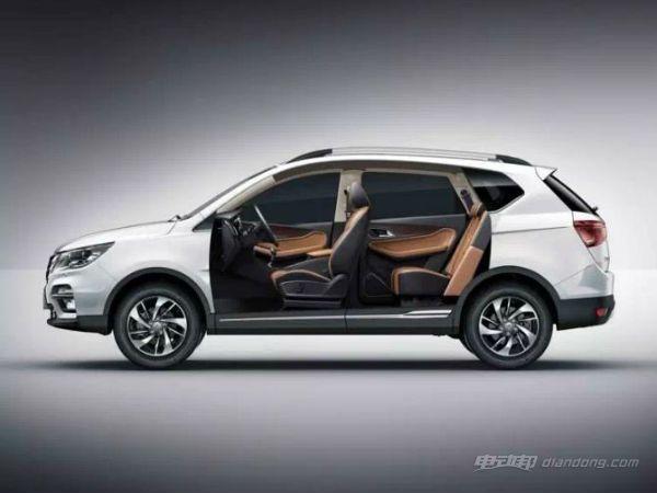 """宝骏730混动版车型,新车外观融入了较多的银色镀铬装饰条,前脸变化不大、大灯组微调并融入LED光源,标配车顶行李架,尾部微调后更加立体化、进一步增加了尾部容纳空间,尾灯组换装新的样式、也均为LED光源。车身镶嵌了独属""""HYBRID""""标 ,表明宝骏730混合动力的新身份。 宝骏730混动版车型,目标并未公布新车型车里内饰更多的相关信息,但可以确定的是配置方面会更加丰富,如液晶仪表盘、大尺寸多媒体屏幕、电子挡把,中控台进一步科技化,装备更多的舒适性配置。而内饰设计风格则会保持与燃油版"""