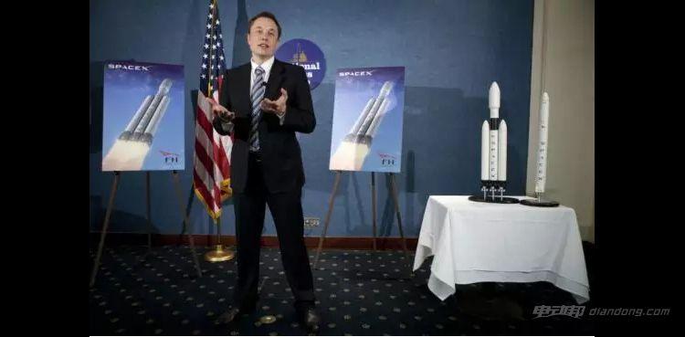 2011 年 4 月 5 日,马斯克在美国全国新闻俱乐部上首次宣布了重型猎鹰火箭的计划