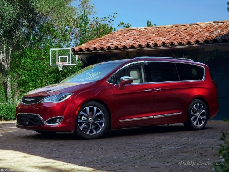 Chrysler-Pacifica-2017-1024-04