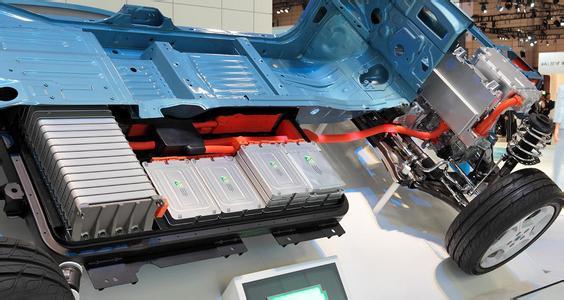 外壳防护,为了防止空气进入,锂电池都被封装在密闭容器冲,并为了防止外力破坏通常配以不锈钢外壳和铝合金外壳。例如,特斯拉的电动汽车,甚至采用了钛合金防护板,以防止汽车使用中,尤其是交通事故中对电池容器的损伤。 隔膜阻断保护,在防止外力破坏的同时,还要防止来自电池内部产生的破坏。 通常为了防止电池的正负极直接碰触而短路,电池内会有一层隔膜,一方面将正负极隔开,一方面又允许带电离子通过。 然而,在锂电池中,隔膜还承担着另一项防护职能。在电池温度过高时,隔膜空隙会自动关闭,让锂离子无法穿越,从而终止整个电池的反