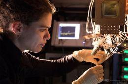 戴姆勒联手谷歌 用量子CPU发展无人驾驶