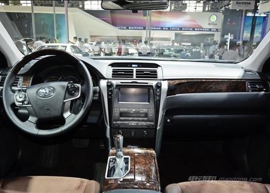 设计显得中规中矩,整体视觉效果偏向硬朗的直线风格。中控台的镀铬条一直延伸到了副驾驶,大面积的木纹饰板更是给人一种典雅的感觉,换挡杆也变成了真皮包裹。中控台的液晶屏幕不再是导航版的专属,屏幕除了常规的信息反馈外,还提供了燃油消耗记录的功能。配置方面,新车配备有中控显示屏、三辐式多功能真皮方向盘、前排座椅加热以及电子手刹等。新车中控台弧线造型十分别致,其搭配木纹饰板、镀铬饰条、钢琴烤漆中控面板以及米色皮质包裹,提升了内部的整体质感。 丰田 凯美瑞双擎:动力