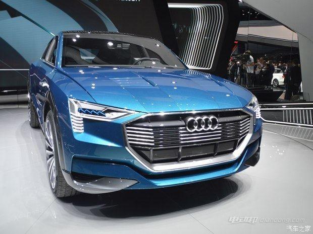 据悉,奥迪即将打造的纯电动SUV——e-tron SUV(代称)被证实将于2018年发布并在海外率先上市,同时该车也被证实将采用保时捷正在开发的全新电动车平台。这款车是奥迪首款纯电动SUV车型,其尺寸将介于奥迪Q5和Q7之间,更接近Q5的大小。 同时,Dietmar Voggenreiter也表示e-tron SUV并不是此前猜测的奥迪Q6,二者将拥有一定的区别,而后者将是一款基于Q5打造的四门轿跑型SUV。e-tronSUV车型最大续航里程超过500km。 2018年纯电动汽车