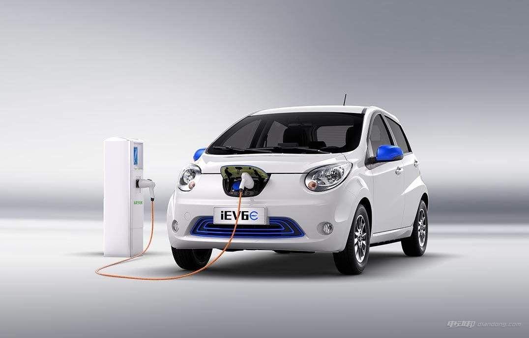 江淮iEV6E新能源汽车怎么样:内饰 黑白双色的颜色搭配非常大胆,用在这种小车上倒也觉得和谐。仪表盘上方区域以及门板内侧采用软皮革材质包裹,手感很出色,缝合线的加入也增添了精致感。配置的表现同样可圈可点,7英寸触控屏的反应灵敏,继承了GPS、倒车影像和蓝牙语音等主流功能,同 支持手机远程操控功能,科技感更强。不过在一些地方还是需要改进,例如一成不变的仪表盘以及行程过短的手刹等,驾驶模式切换按键的位置也不够合理。