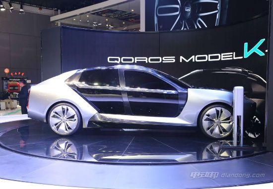 在观致Model K-EV概念车炫酷的外表之下,是碳纤维材质的车身。碳纤维具有重量轻、强度大的特点,广泛应用于赛车和超跑上。碳纤维车身让观致Model K-EV在实现轻量化的同时,提升了安全性。碳纤维车身是一体成型,结构非常简单。整车架构由3个模块构成。主体模块是集成了电池的碳纤维车身主体,前部模 和后部模块则由整合的悬挂系统、驱动系统和碰撞安全系统构成。 观致 Model K新能源汽车介绍——充电