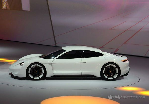 MissionE概念车的外观采用类似Panamera Sport Turismo的猎装车身设计,同时增加浓重的跨界风格套件和空气动力学套件。前部平坦的发动机舱盖设计表明它与标志性的保时捷 911 车型出自同门。纵向进气口可在前轮周围形成气帘,使车辆散发着自由奔放的动感气息。 保时捷MissionE电动概念车介绍——内饰