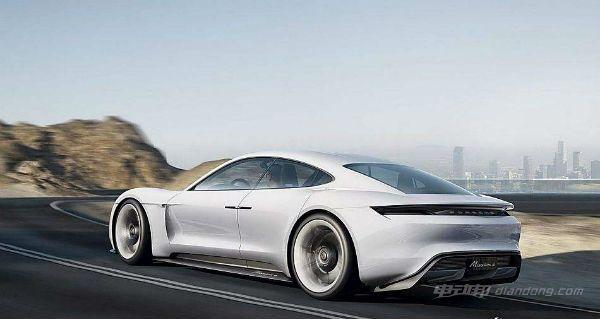 MissionE概念车采用保时捷全新的800V超级充电技术,支持在15分钟内充电80%,可以行驶400公里,而MissionE概念车在满电情况下可以行驶500公里。两台电动机分别驱动前后轮,形成四轮驱动系统 合并输出的600马力,可以让MissionE概念车在3.5秒内完成0-100公里/时的加速。多么恐怖的充电速度,简直比手机充电还要快,不服不行。 据悉,该款车型设计概念版便于 2015 年就获得多个奖项。新车是设计团队于 Mission E 概念车基础上融合房车、SUV、掀背车、轿车等多种设计元素而